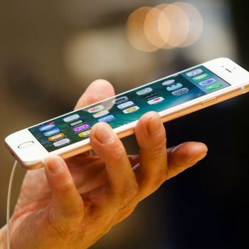 Apple investon 200 milion dollar në prodhuesin e xhamave të telefonëve Corning